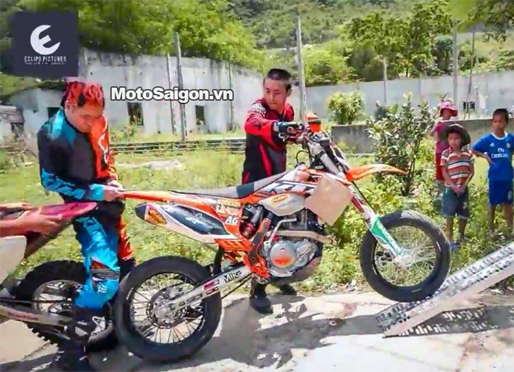 dua-xe-cao-cao-motorcross-leo-doc-da-trang-thung-khe-motosaigon-2.jpg
