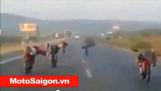 dua_xe_nup_gio_tren_cao_toc_motosaigon.jpg