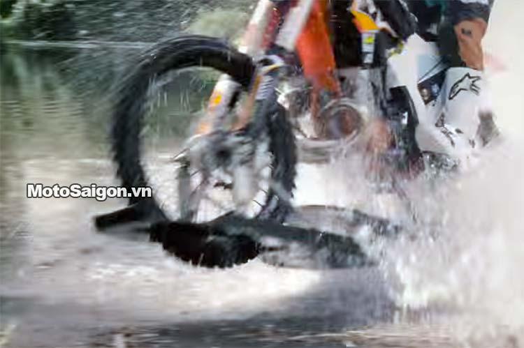 moto-cao-cao-chay-tren-nuoc-robbie-maddison-pipe-dream-moto-saigon-8.jpg