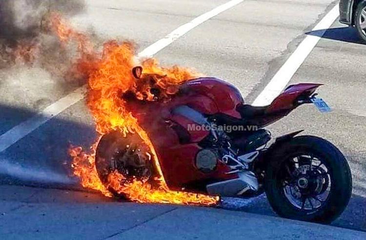 Ducati Panigale V4 bốc cháy gặp nạn đầu tiên