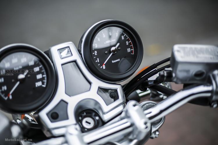 Thiết kế cụm đồng hồ chi tiết rất ấn tượng, kết hợp đồng hồ kiểu tròn cổ điển và LCD hiện đại. (Có hiển thị cấp số rất tiện ích).