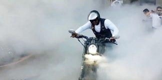 Harley-Davidson VRod đốt lốp vẽ vòng tròn cực chuẩn