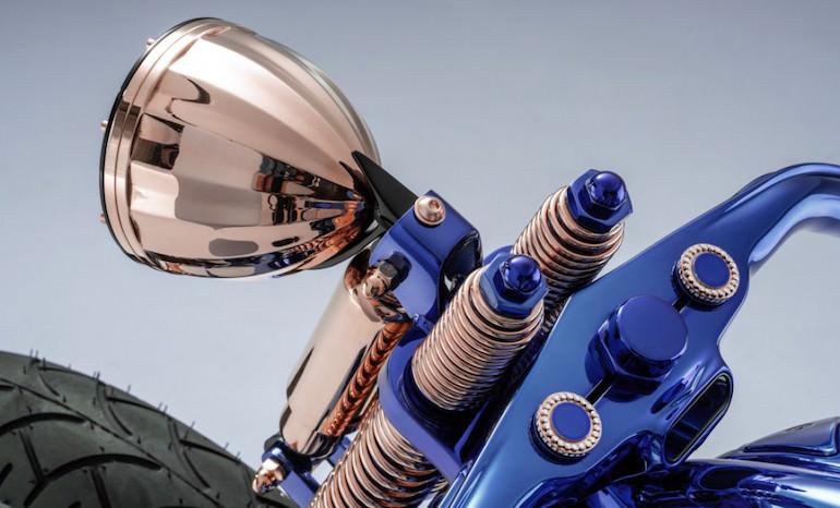 Đèn pha, hệ thống phuộc được làm từ vàng nguyên khối, ốc ghi đông được đính kim cương