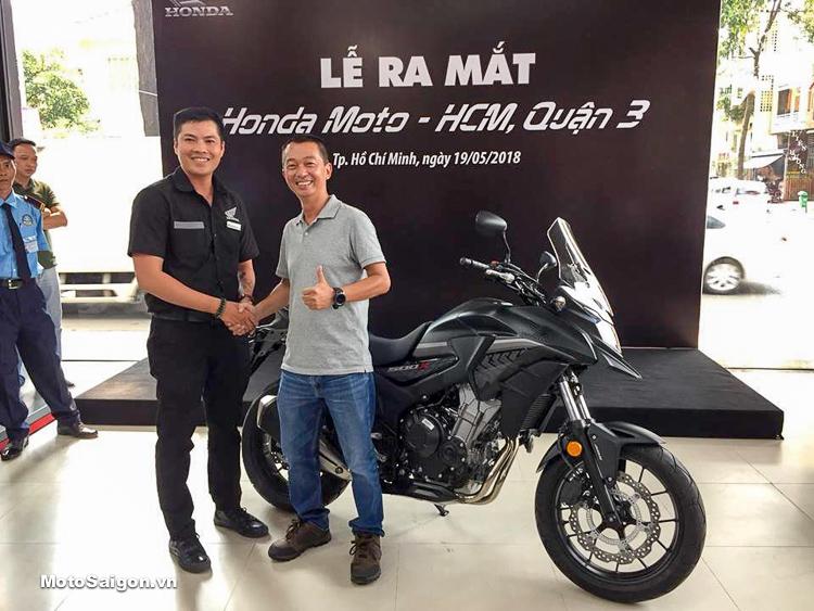 Khách hàng đầu tiên sở hữu xe moto Honda chính hãng tại Việt Nam. Ảnh: Thiện & anh Nhân