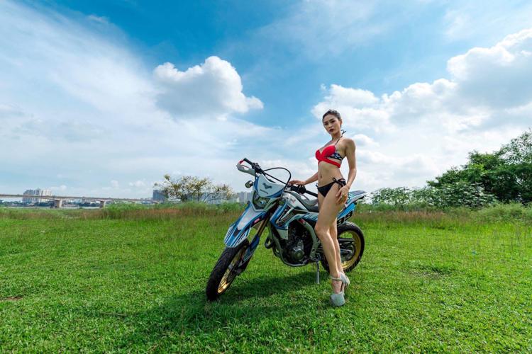 Honda CRF250L khoe dáng bên Người đẹp Bikini