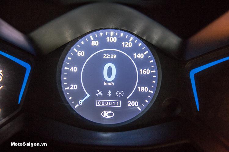 2 đèn xanh hình mũi tên 2 bên màn hình chính sẽ chuyển sang màu cam khi chọn chế độ lái (mode) Rain.