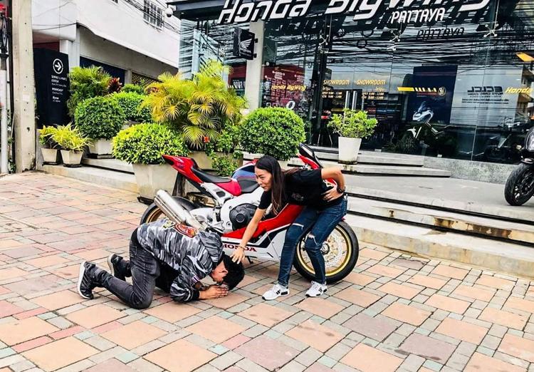 Chồng quỳ gối cảm ơn vì được Vợ tặng xe Honda CBR1000RR SP1