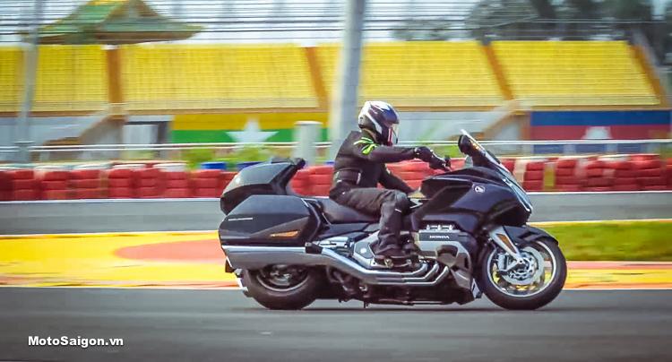 Giá xe moto Honda GoldWing 2019. Ảnh MotoSaigon trải nghiệm Goldwing tại Đại Nam
