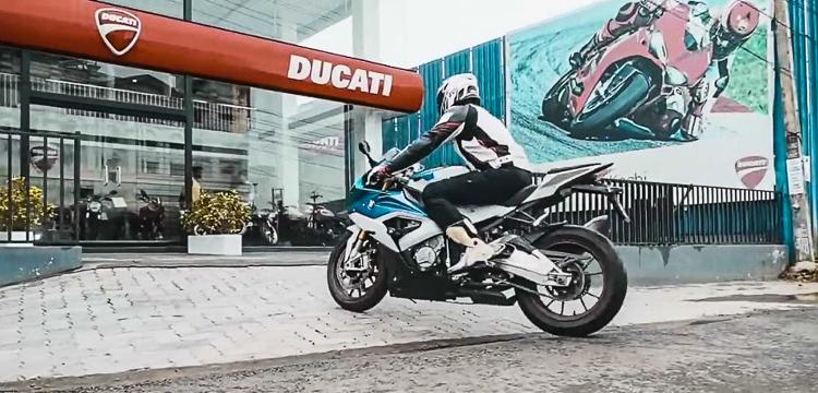 Chạy BMW S1000RR đến Showroom đập thùng Ducati Panigale V4S