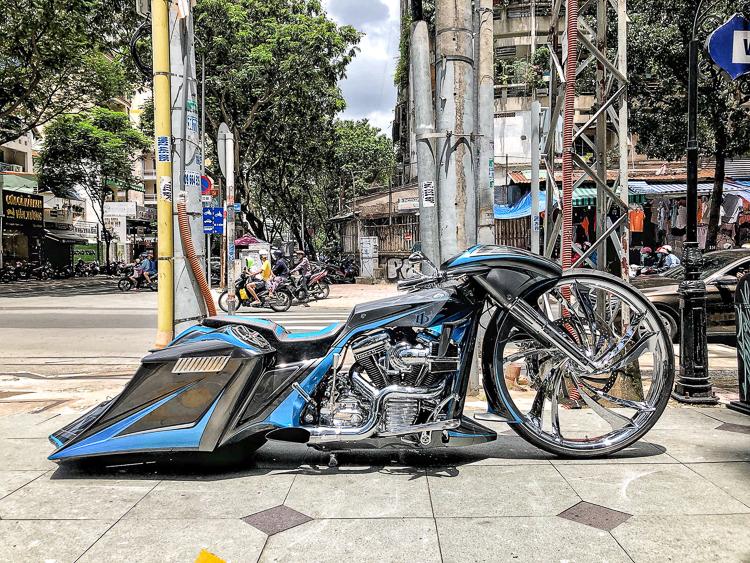 Siêu phẩm Harley-Davidson độ phong cách Bagger bánh 32 inch tại Sài Gòn