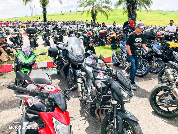 Khu vực đậu xe tràn ngập hàng chục ngàn chiếc moto pkl, ô tô các loại bên ngoài trường đua Sepang