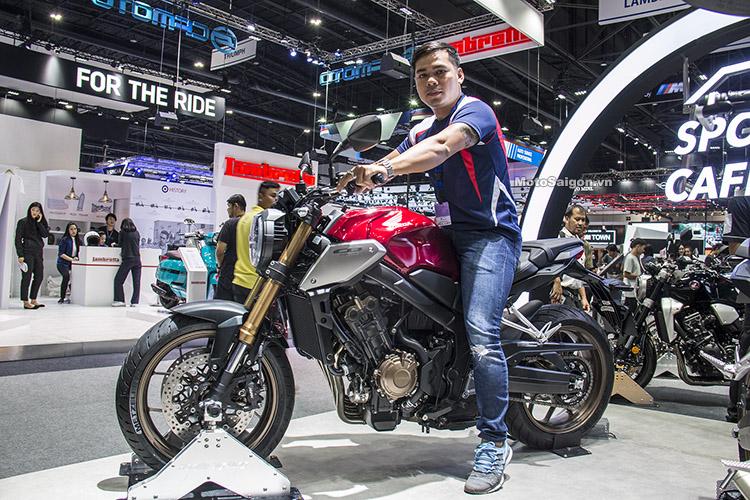 Dáng ngồi người 1m67 trên Honda CB650R 2019 giá bán tương đương 217 triệu đồng