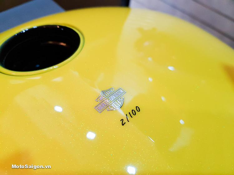 Số thứ tự 2/100 của bộ dàn áo La Jolla được đánh dấu trên bình xăng