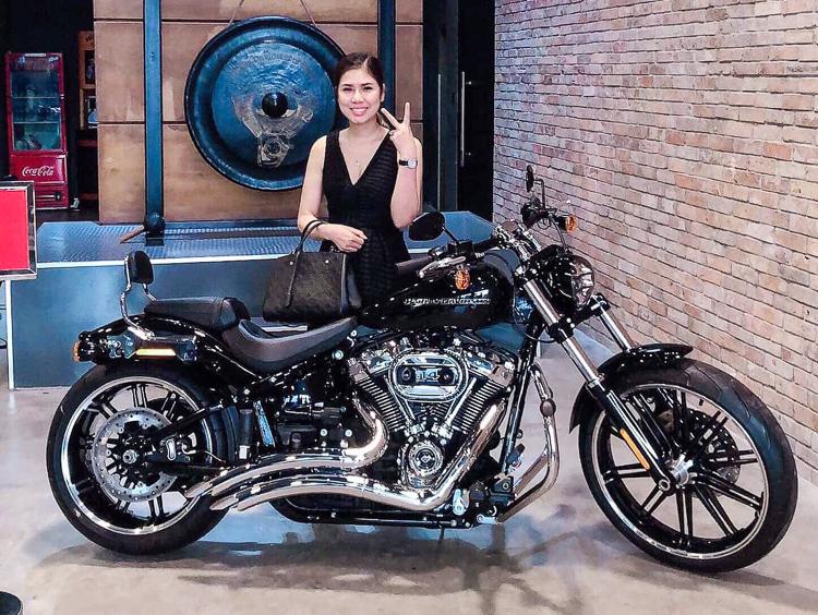 Vợ vượt trăm cây số tặng chồng moto hơn tỷ đồng Harley-Davidson Breakout 114