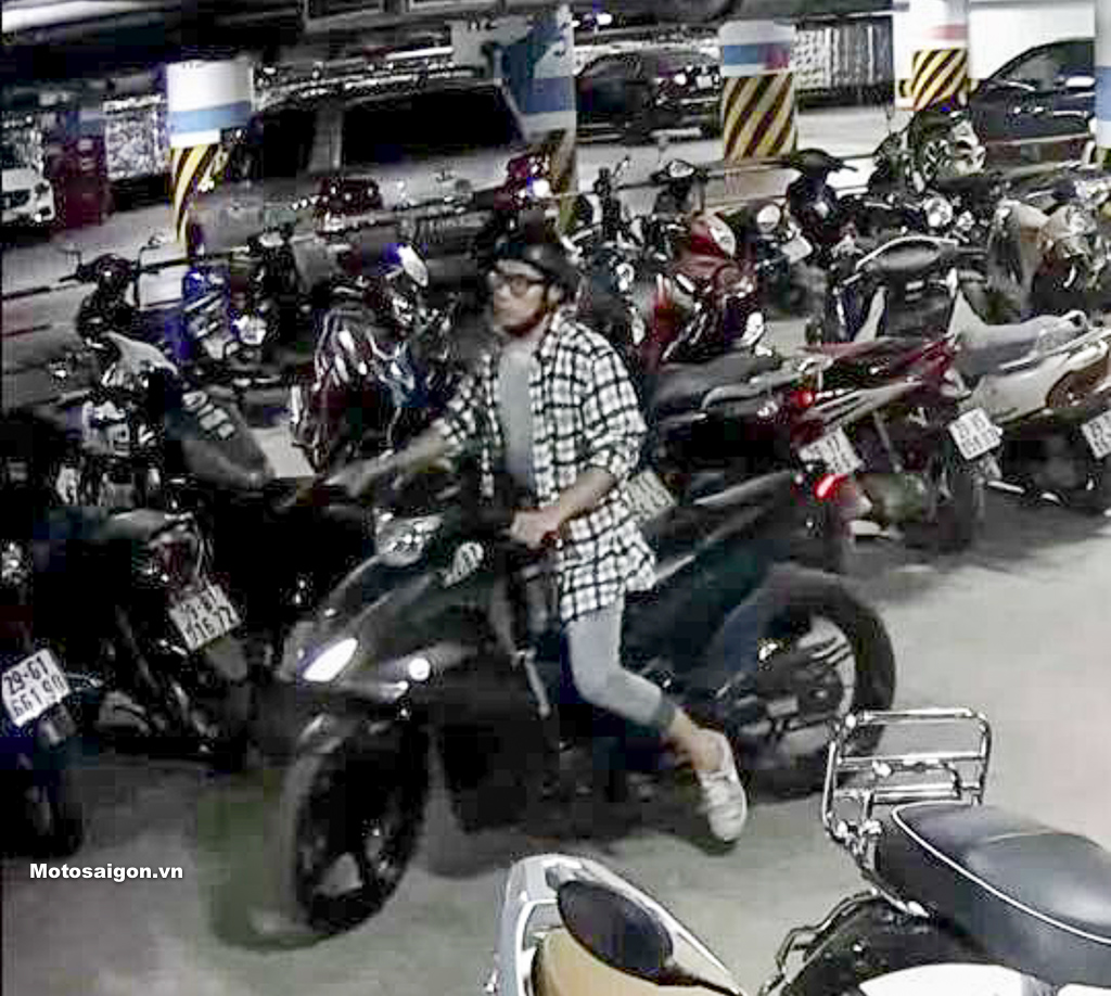 Thanh niên đi Exciter vào hầm gửi xe cầm nhầm pô của Yamaha R15 v3