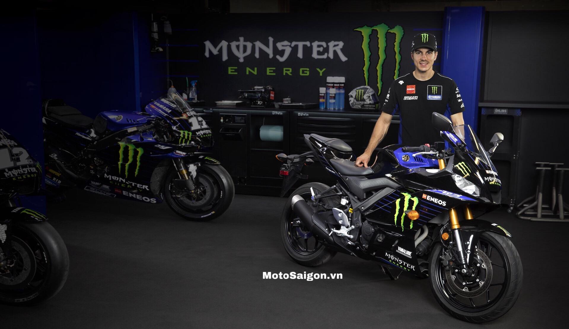 Tay đua vô địch thế giới Moto3 Maverick Viñales bên cạnh Yamaha R3 2020