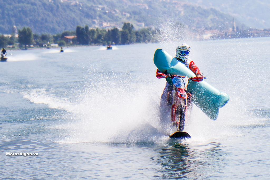 Honda CRF450 lập kỷ lục tốc độ moto chạy trên mặt nước