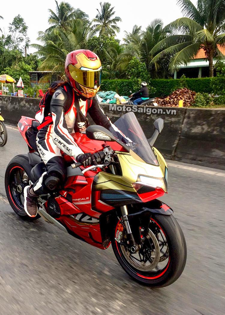 Bắt gặp nữ biker cưỡi Ducati Panigale V4 Iron Man trên đường phố
