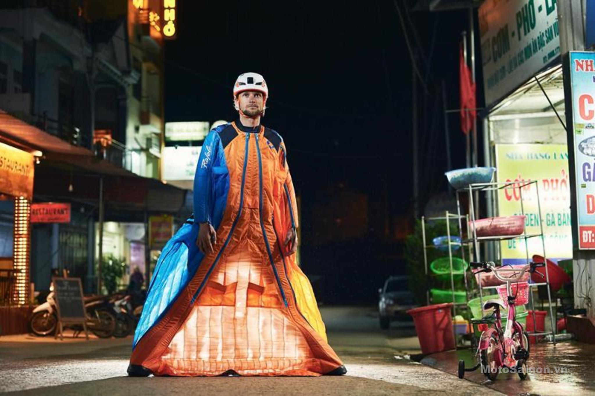 Tim Howell Người đầu tiên mặc áo cánh nhảy từ đỉnh Vách Đá Trắng Hà Giang
