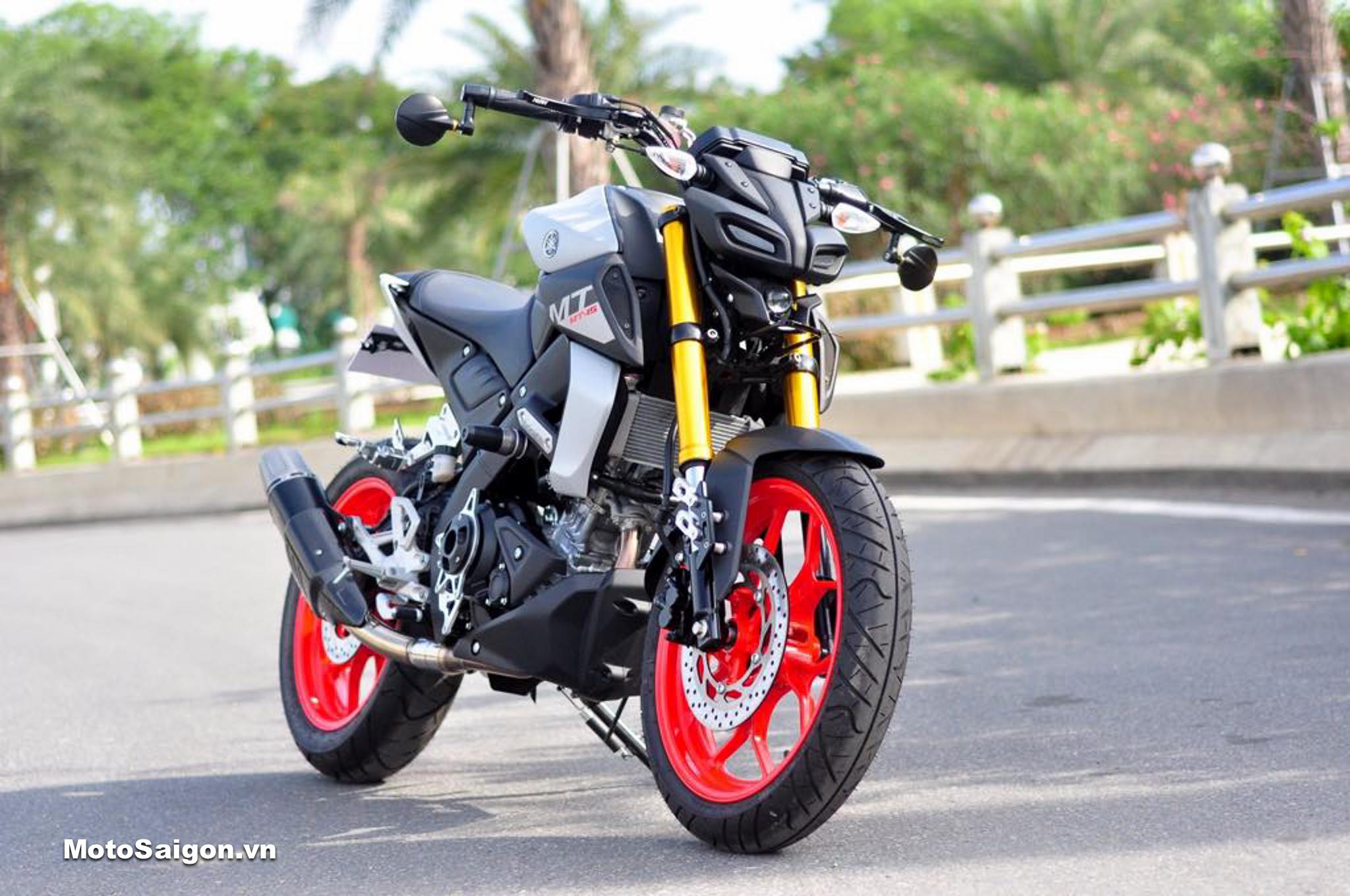 Yamaha MT-15 giá bán 75 triệu vừa khui thùng đã độ đồ chơi