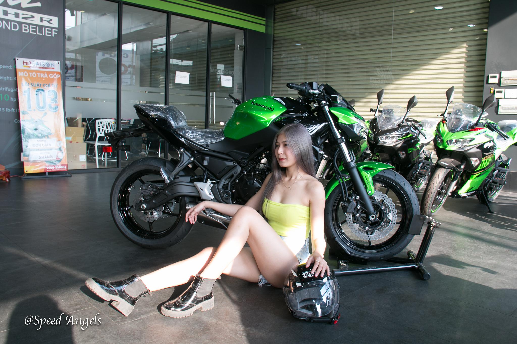 Bộ ảnh Speed Angels Tuệ Nghi đọ dáng cùng cặp đôi Kawasaki Ninja 650 vs Z650
