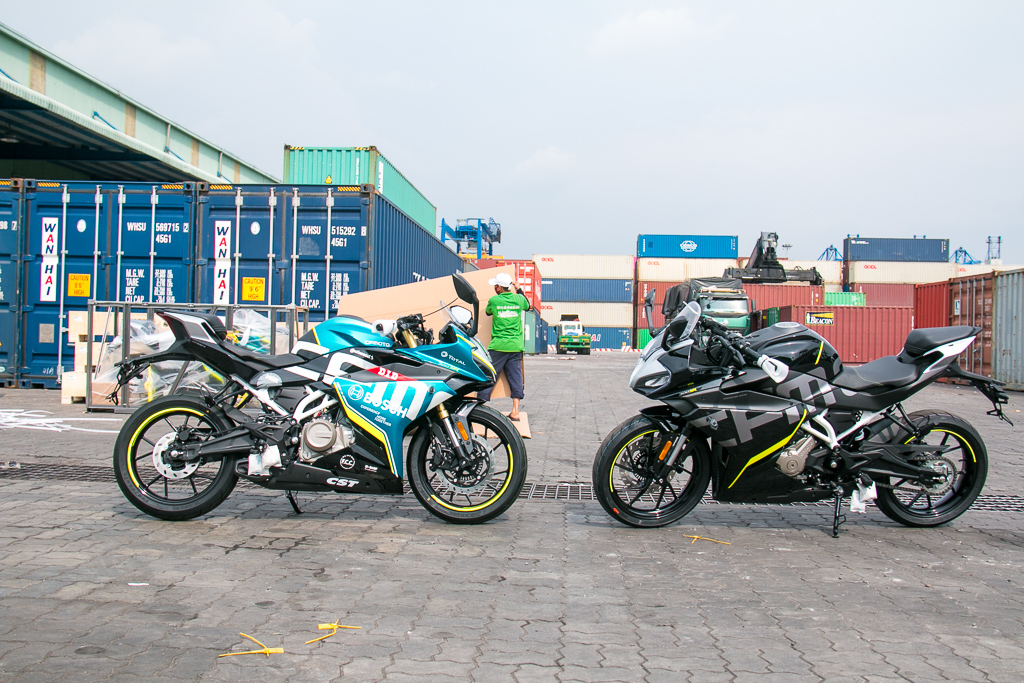 Lô hàng CFMOTO 300SR đầu tiên về Việt Nam gồm 2 phiên bản màu: Xanh Athens Blue và Đen Nebula Black