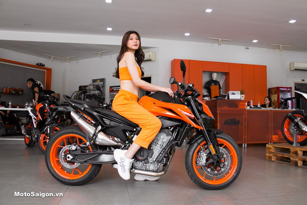 Bộ ảnh Speed Angels Tuệ Nghi đọ dáng cùng KTM 790 Duke có giá bán chính hãng 340 triệu đồng