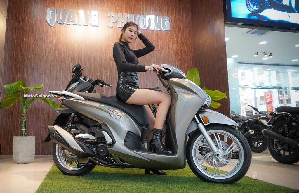 Speed Angels Tuệ Nghi (1m74) trên yên Honda Sh350i chiều cao yên 805mm