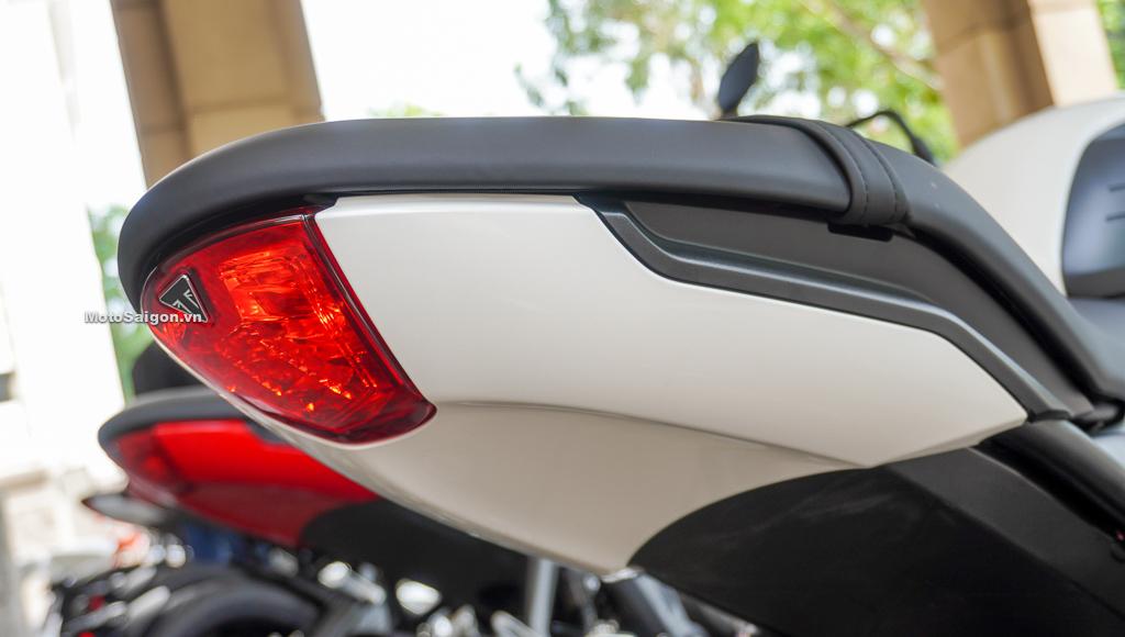 Dè chắn bùn kiêm pát biển số và xinhanh được lắp chắc chắn bên trái bánh xe, mang lại sự thọn gọn vuốt nhọn thể thao cho phần yên xe. Motosaigon