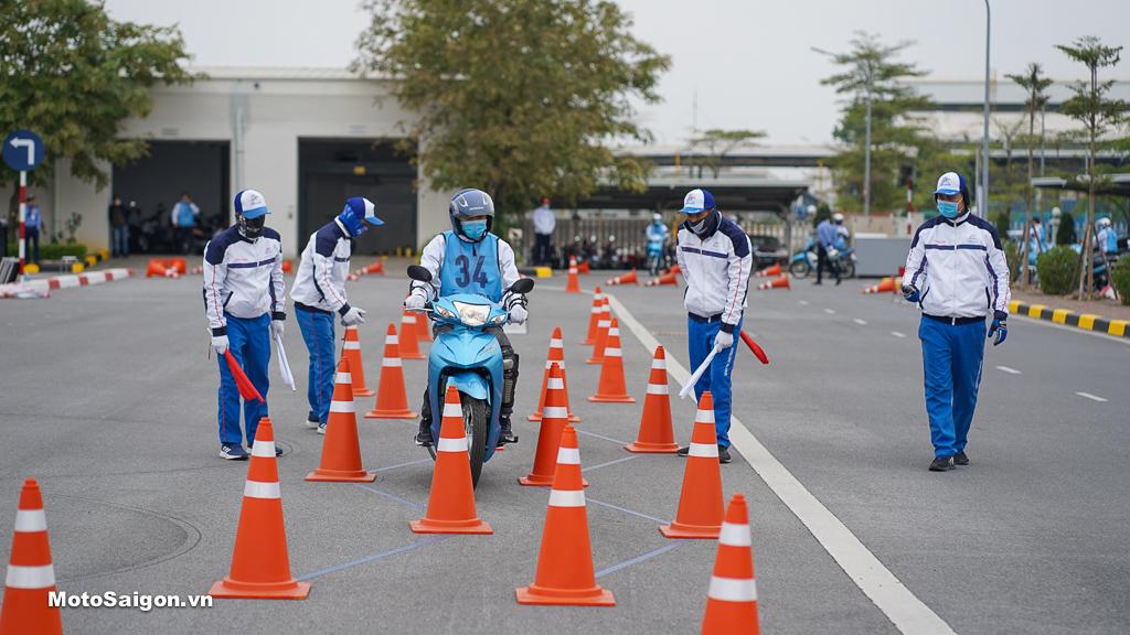 Các hướng dẫn viên HVN trực tiếp đào tạo lái xe an toàn cho khách hàng