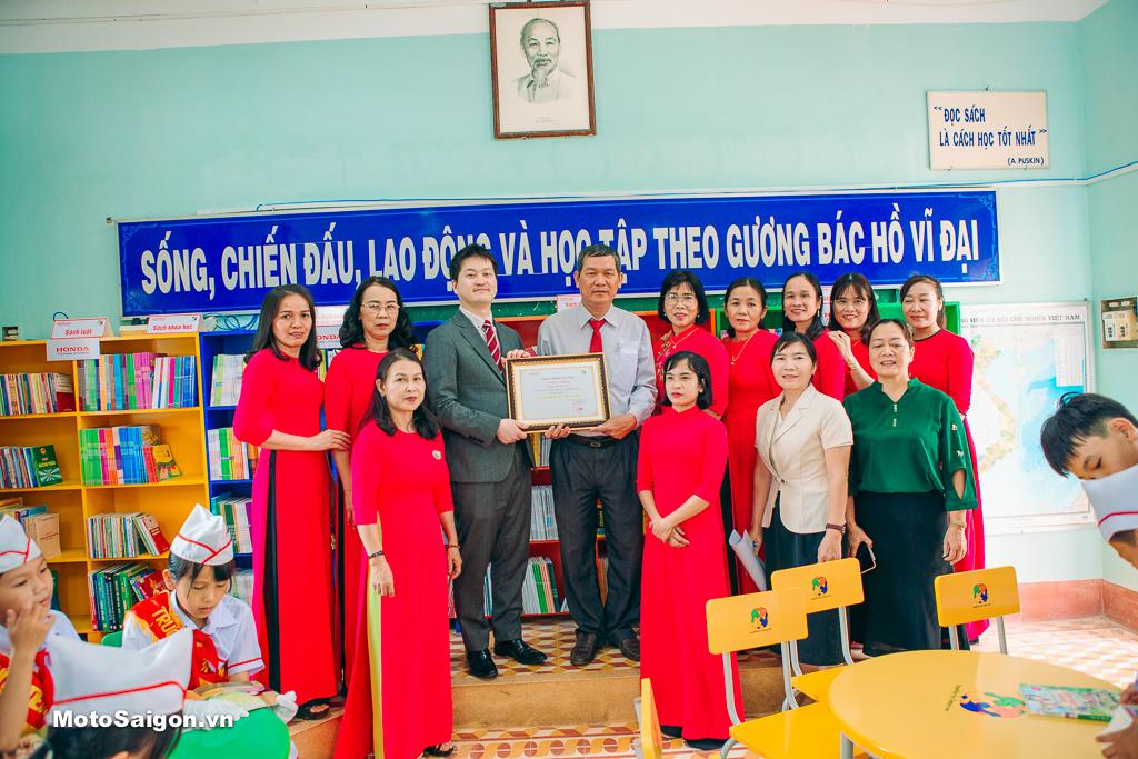 Các thầy cô giáo trường Tiểu học Ân tín đón nhận thư viện mới
