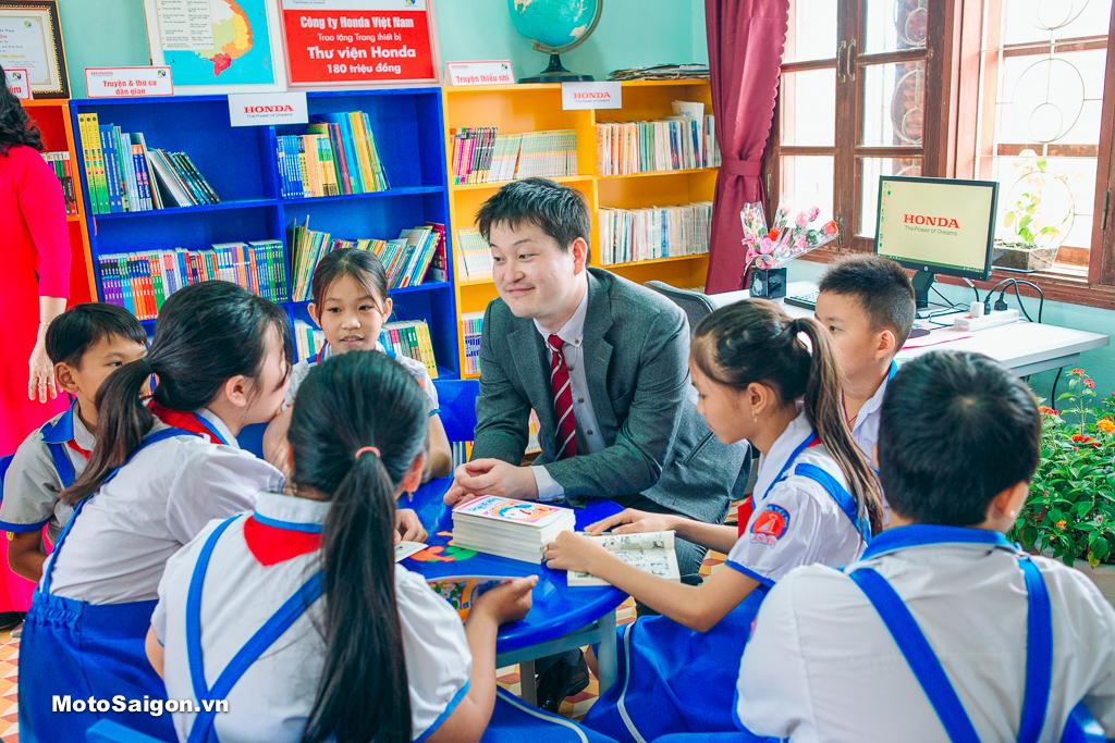 Các em đọc sách và trò chuyện với đại diện HVN trong thư viện