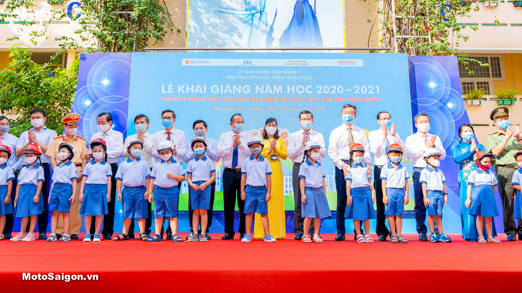 Phó Thủ tướng Trương Hòa Bình và các đại biểu chụp hình cùng các em học sinh