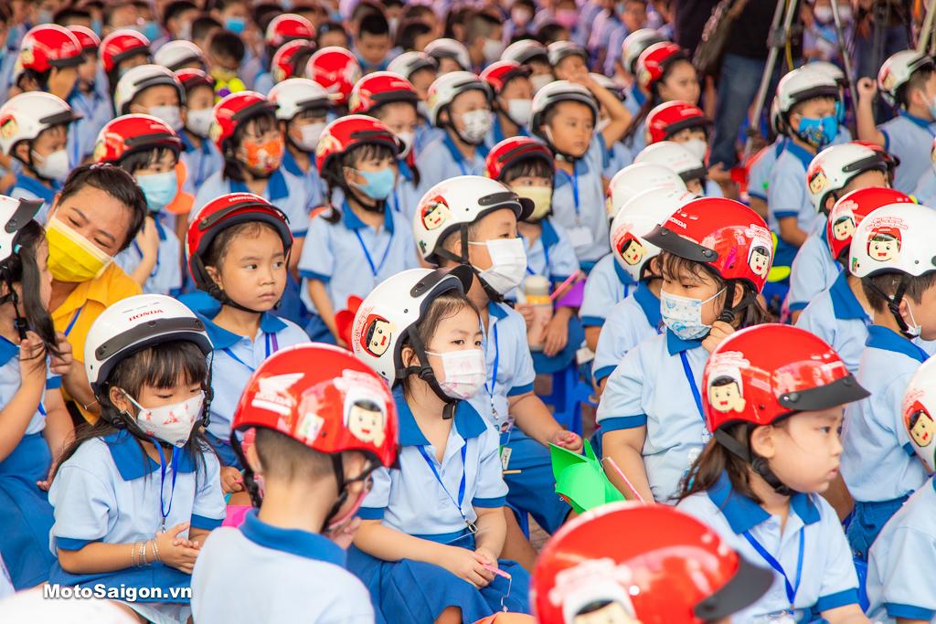 Gần 6 triệu em học sinh bước vào lớp Một nhận mũ bảo hiểm do HVN sản xuất