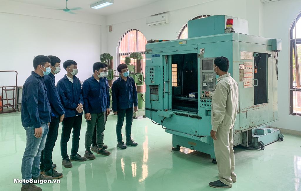 Giáo viên và sinh viên trường Cao đẳng Nghề Hà Nam nghiên cứu và thực hành trên máy CNC