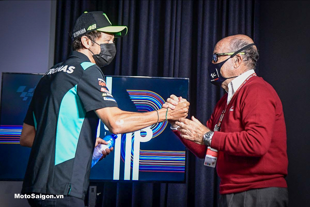 Rossi bắt tay Giám đốc điều hành Dorna Carmelo Ezpeleta