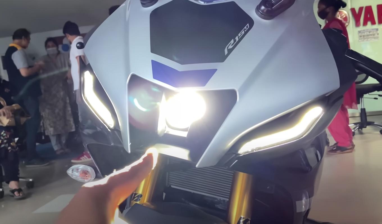Yamaha R15 v4 cận cảnh thực tế R15M: bật đồng hồ nghe thử âm thanh pô