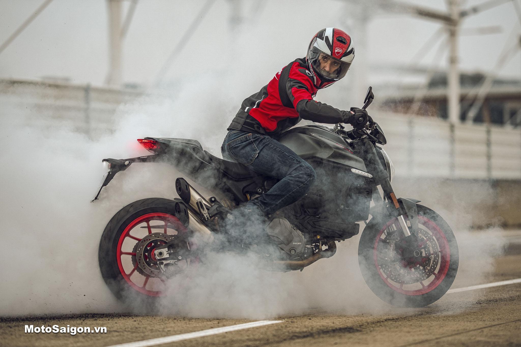 Ducati Monster 2021 phiên bản tiêu chuẩn và phiên bản cao cấp Monster Plus